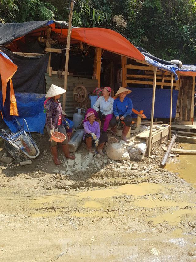 Cận cảnh công trường khai thác vàng trái phép ở 'mỏ tử thần' Minh Lương - Ảnh 16.