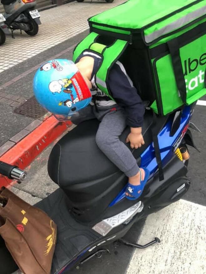 Hình ảnh em bé ngủ gục sau yên xe cùng bố đi giao hàng khắp mọi nẻo đường lay động trái tim cộng đồng mạng - Ảnh 4.