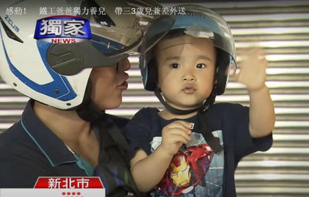 Hình ảnh em bé ngủ gục sau yên xe cùng bố đi giao hàng khắp mọi nẻo đường lay động trái tim cộng đồng mạng - Ảnh 6.