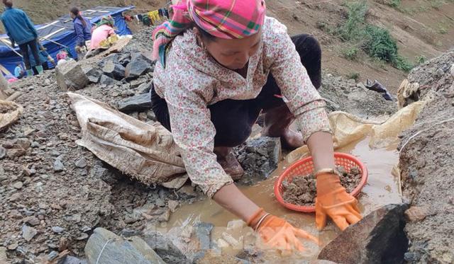 Cận cảnh công trường khai thác vàng trái phép ở 'mỏ tử thần' Minh Lương - Ảnh 10.