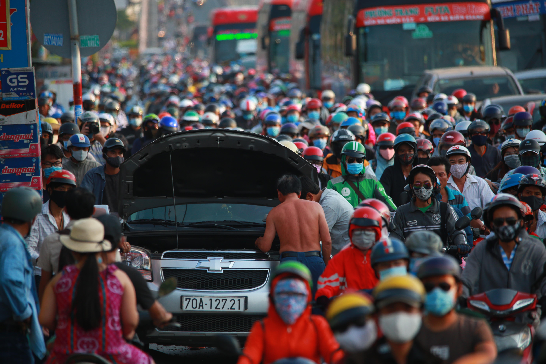 Cửa ngõ phía Tây TP.HCM kẹt cứng, người dân mỏi mệt quay trở lại thành phố sau 4 ngày nghỉ lễ 30/4 - Ảnh 6.