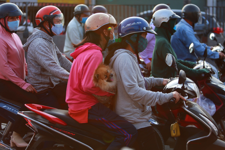 Cửa ngõ phía Tây TP.HCM kẹt cứng, người dân mỏi mệt quay trở lại thành phố sau 4 ngày nghỉ lễ 30/4 - Ảnh 8.