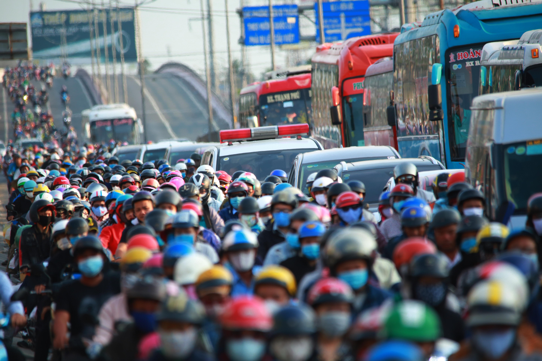 Cửa ngõ phía Tây TP.HCM kẹt cứng, người dân mỏi mệt quay trở lại thành phố sau 4 ngày nghỉ lễ 30/4 - Ảnh 5.