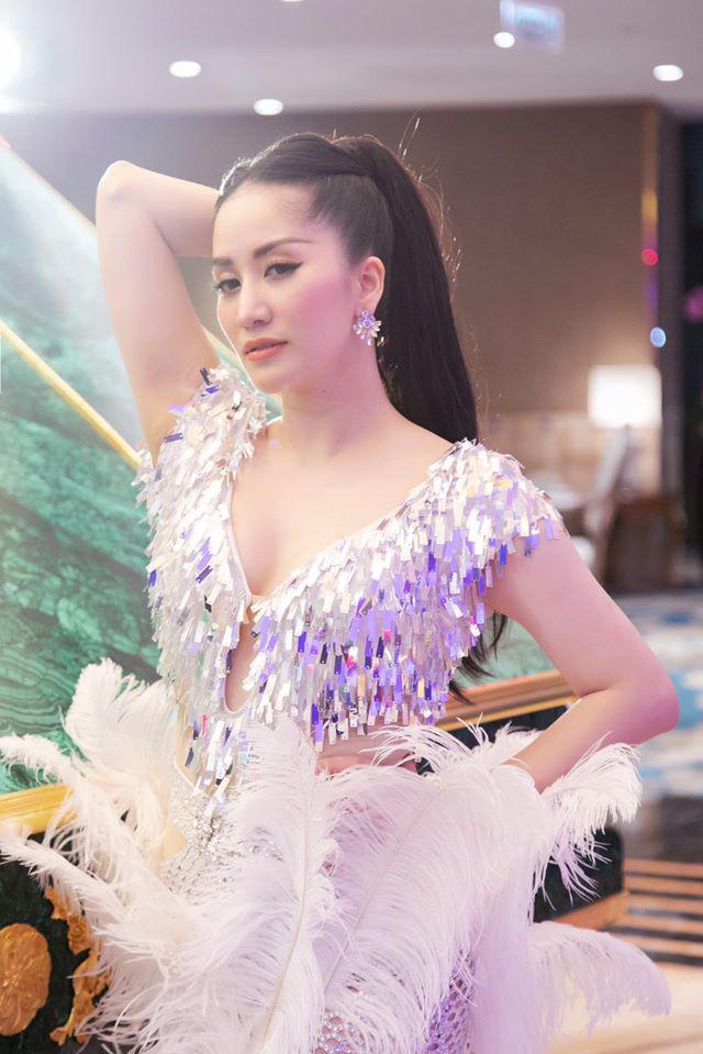 Vóc dáng gợi cảm của Khánh Thi ở tuổi U40 sau 2 lần sinh nở - Ảnh 1.