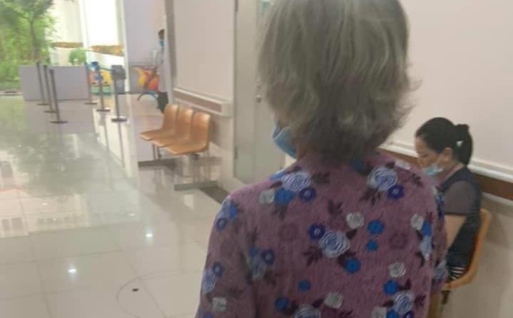 Người bà 70 tuổi chăm cháu ngoại sinh con, câu chuyện đằng sau khiến ai cũng rưng rưngxót xa