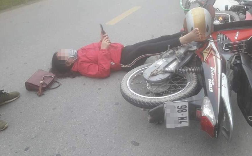 Va chạm giao thông, đôi nam nữ nằm bệt xuống đường, hành động của họ gây chú ý đặc biệt