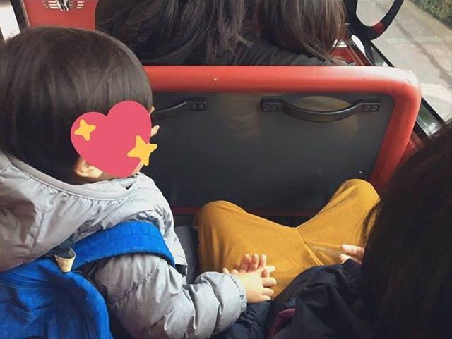 Đi xe bus cùng mẹ và chị gái, cậu nhóc 3 tuổi bất ngờ làm một hành động khiến mọi người xuýt xoa: Bé mà ngoan! - Ảnh 1.