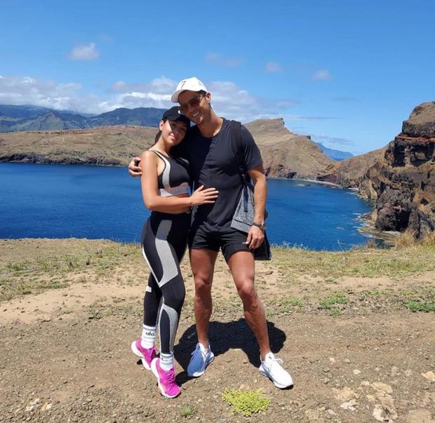 Ronaldo tình tứ tay trong tay dạo núi cùng bạn gái, bảo sao những ngày tháng tự cách ly của CR7 không hề nhàm chán - Ảnh 2.