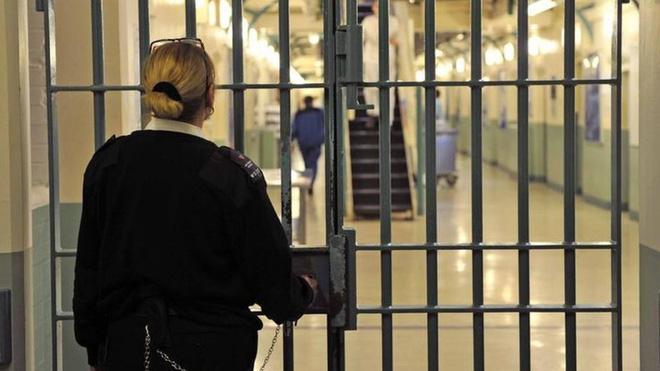 Nữ quản tù bị bắt vì tuồn đồ ăn và ảnh khỏa thân cho phạm nhân - Ảnh 1.