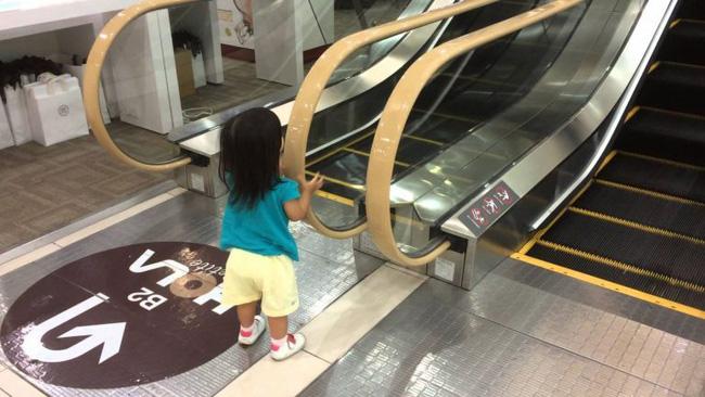 Xôn xao hình ảnh bé trai bị kẹt chân vào thang cuốn ở trung tâm thương mại và những điều bố mẹ cần lưu ý khi đưa con đi chơi - Ảnh 4.