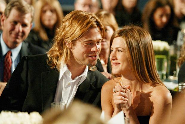 Xôn xao tin Brad Pitt cầu hôn vợ cũ Jennifer Aniston, hành động nắm tay công khai năm ngoái càng đáng nghi - Ảnh 1.