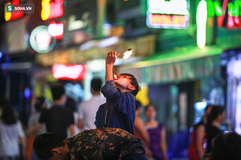 Những đứa trẻ không Tết thiếu nhi, trắng đêm phun lửa mưu sinh ở phố Tây Bùi Viện - Ảnh 7.