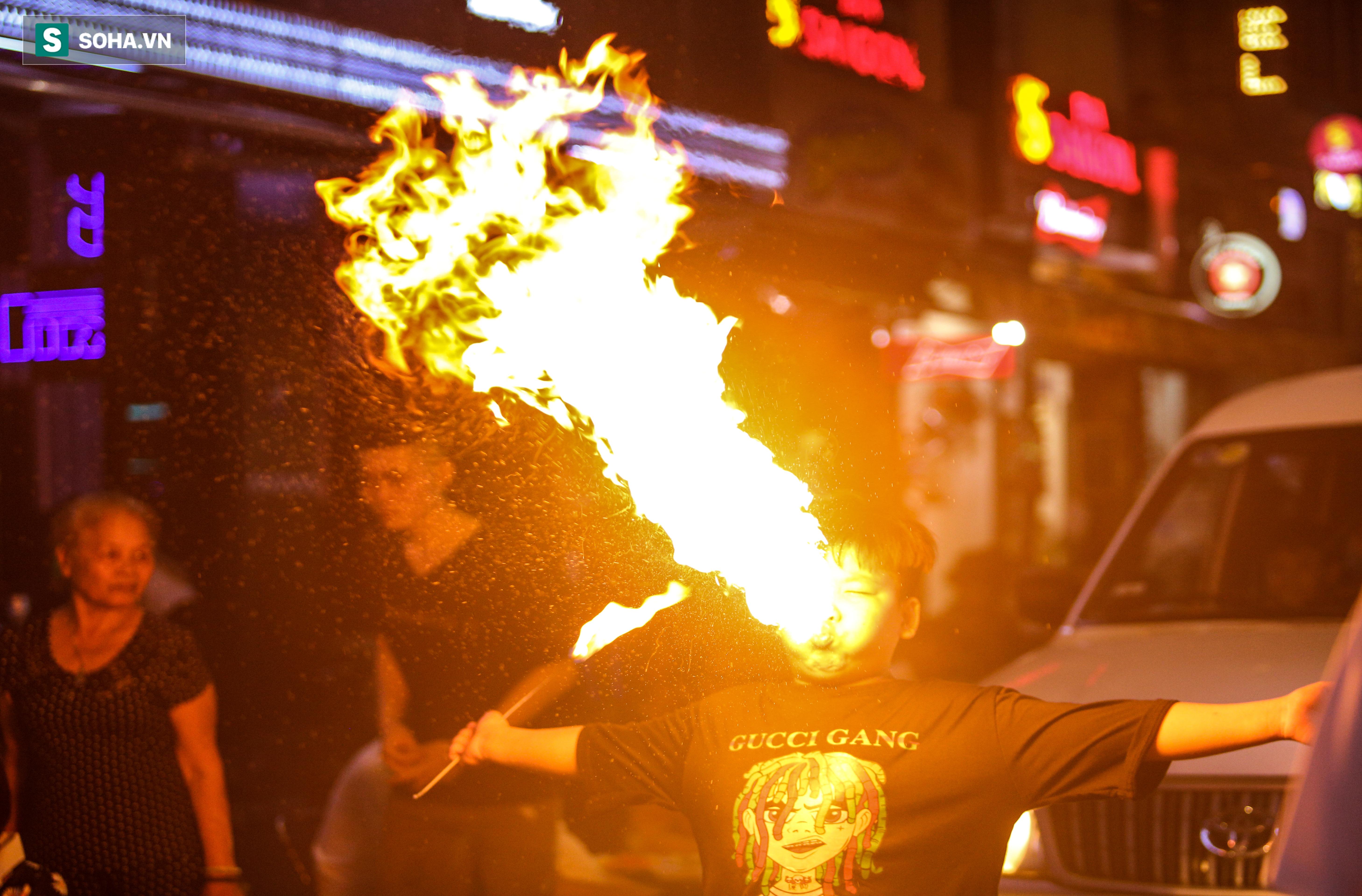 Những đứa trẻ không Tết thiếu nhi, trắng đêm phun lửa mưu sinh ở phố Tây Bùi Viện - Ảnh 14.