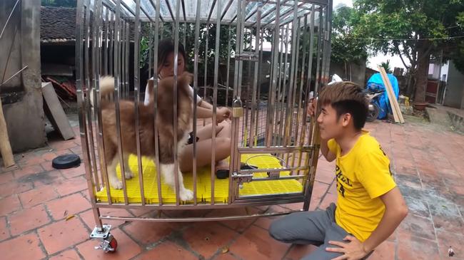 Con trai Bà Tân Vlog gây tranh cãi dữ dội khi nhốt em gái vào chuồng chó để trả thù - Ảnh 1.