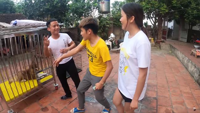 Con trai Bà Tân Vlog gây tranh cãi dữ dội khi nhốt em gái vào chuồng chó để trả thù - Ảnh 2.