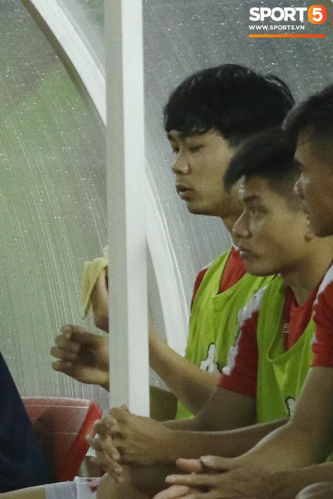 Giữ thể lực khắt khe như Công Phượng: Tự tập giáo án riêng, ngồi dự bị vẫn tranh thủ ăn chuối để sẵn sàng vào sân thi đấu - Ảnh 4.