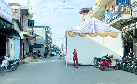 Hình ảnh rạp cưới dựng chiếm nguyên cả làn đường, dân mạng ngán ngẩm: Sợ người ta không biết nhà có hỉ hay sao? - Ảnh 4.