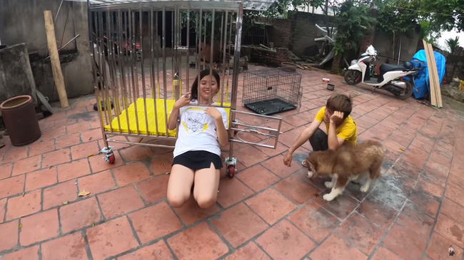 Con trai Bà Tân Vlog gây tranh cãi dữ dội khi nhốt em gái vào chuồng chó để trả thù - Ảnh 6.