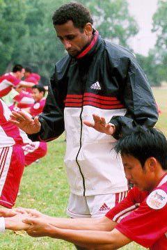 Cú bạt tai Văn Quyến & những tuyên bố bất hủ của vị HLV nghệ sĩ về bóng đá Việt Nam - Ảnh 2.