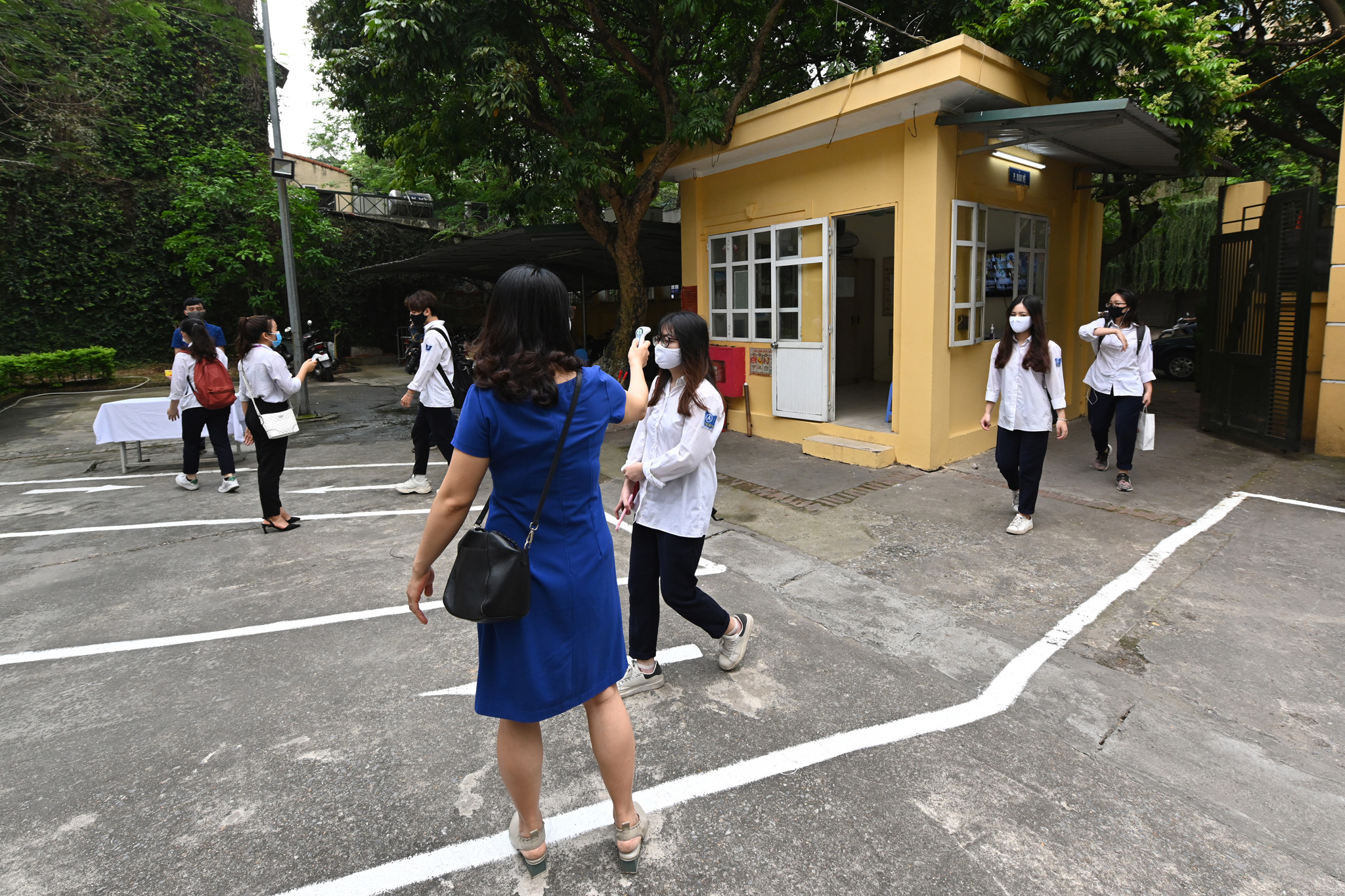 Học sinh đeo khẩu trang trở lại trường, chào cờ tại lớp học sau thời gian học online kỷ lục vì Covid-19 - Ảnh 5.
