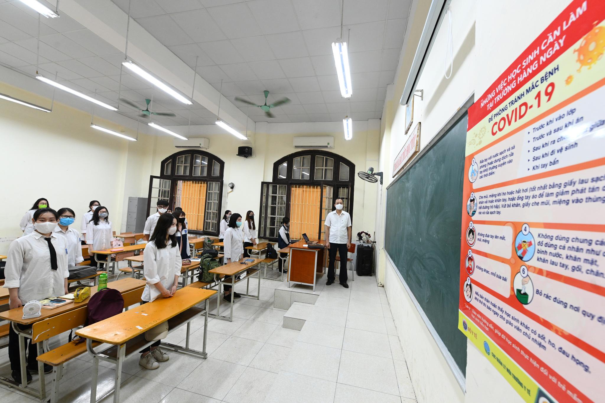Học sinh đeo khẩu trang trở lại trường, chào cờ tại lớp học sau thời gian học online kỷ lục vì Covid-19 - Ảnh 16.
