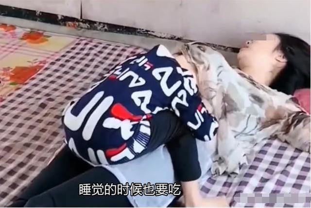 Cậu bé 10 tuổi lao vào mẹ vạch áo đòi bú bằng được, còn người mẹ chỉ đành bất lực vì không cai nổi sữa cho con - Ảnh 2.