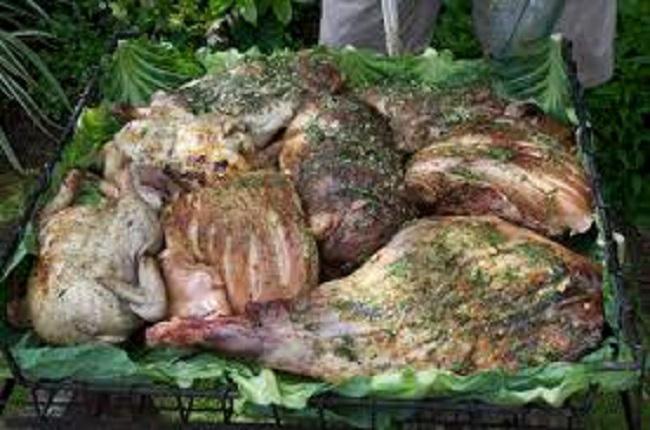 Thấy người dân đổ đầy thịt cùng các loại rau củ xuống hố, du khách chê bẩn nhưng rồi phát cuồng vì món ăn lạ tưởng không ngon mà ngon không tưởng - Ảnh 2.
