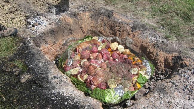 Thấy người dân đổ đầy thịt cùng các loại rau củ xuống hố, du khách chê bẩn nhưng rồi phát cuồng vì món ăn lạ tưởng không ngon mà ngon không tưởng - Ảnh 3.