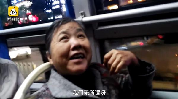 Nữ sinh gây chú ý vì mải mê làm bài tập trên xe bus, tuy nhiên hành động sau đó mới khiến nhiều người ngợi khen - Ảnh 1.