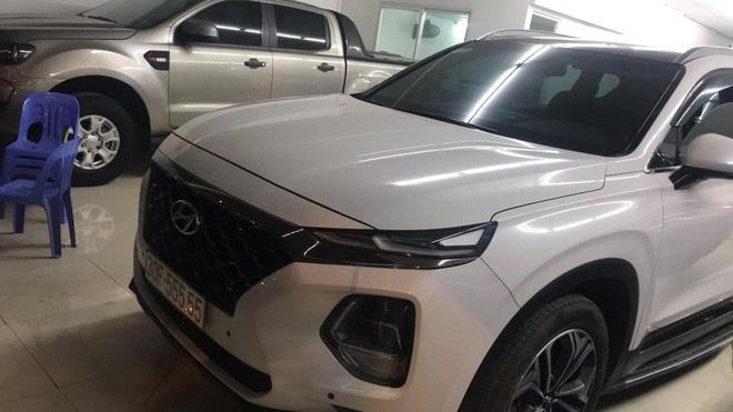 Hạ giá 700 triệu sau hơn một năm, Hyundai Santa Fe biển ngũ quý 5 tại Hà Nội vẫn đắt hơn Mercedes-Benz GLC 200 mới tinh - Ảnh 1.