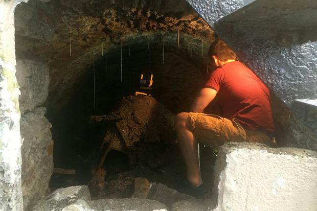 Chán không có gì làm nên vác đồ đi sửa sang nhà cửa, thanh niên vô tình phát hiện căn hầm bí mật hơn trăm tuổi - Ảnh 1.