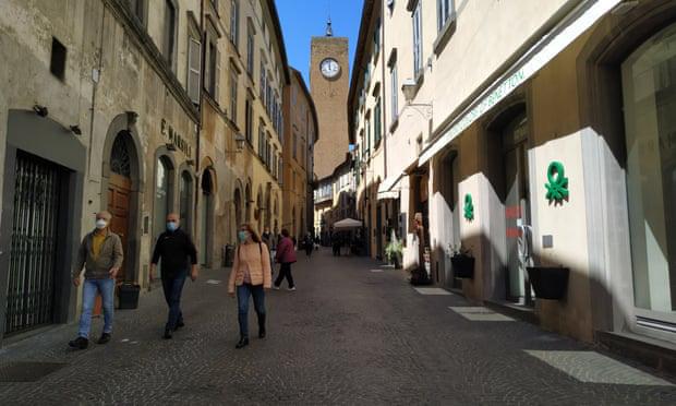Italia nới lỏng phong tỏa, người dân hò reo vui mừng - Ảnh 7.