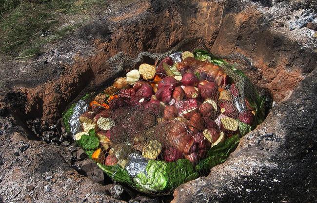Thấy người dân đổ đầy thịt cùng các loại rau củ xuống hố, du khách chê bẩn nhưng rồi phát cuồng vì món ăn lạ tưởng không ngon mà ngon không tưởng - Ảnh 5.
