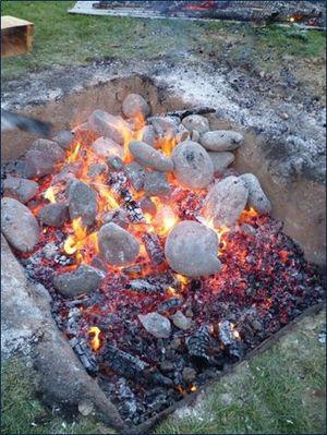 Thấy người dân đổ đầy thịt cùng các loại rau củ xuống hố, du khách chê bẩn nhưng rồi phát cuồng vì món ăn lạ tưởng không ngon mà ngon không tưởng - Ảnh 6.