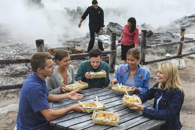 Thấy người dân đổ đầy thịt cùng các loại rau củ xuống hố, du khách chê bẩn nhưng rồi phát cuồng vì món ăn lạ tưởng không ngon mà ngon không tưởng - Ảnh 8.