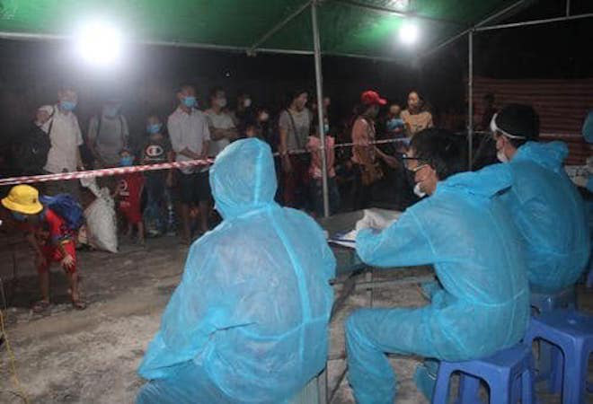 Lấy mẫu bệnh phẩm của hàng trăm người vừa trở về từ Lào để xét nghiệm Covid-19