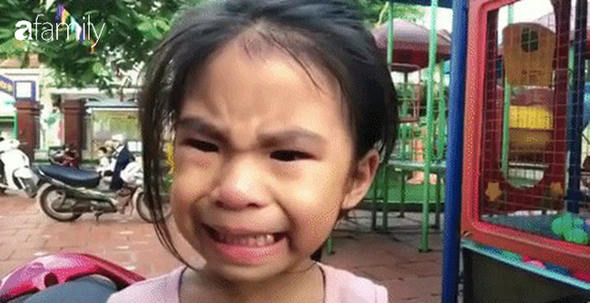 Cô bé biểu cảm vừa khóc vừa cười bất ngờ tái xuất, lại bị anh trai trêu cực hài: Đưa tay đây nào, thôi đi học em nhé - Ảnh 1.