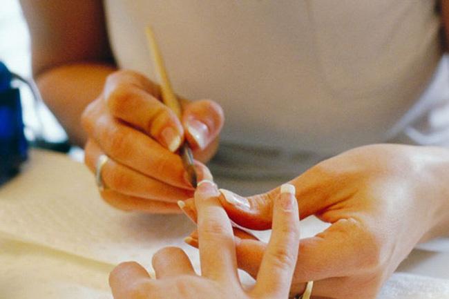 Người phụ nữ khoe ảnh bàn tay vẽ móng lấp lánh, dân mạng đồng loạt phẫn nộ khi nhận ra điểm sai sai trong bức ảnh - Ảnh 2.