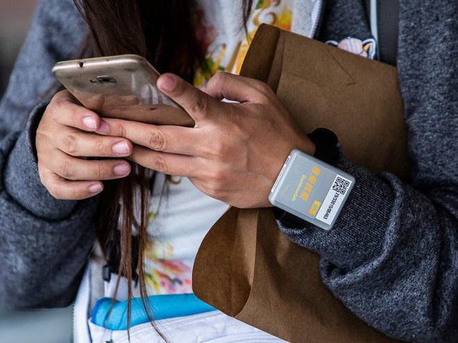Đây là thiết bị công nghệ ai đến Hong Kong cũng đều phải đeo, nếu vi phạm sẽ bị phạt tù 6 tháng - Ảnh 9.