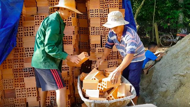 5 sự thật về YouTuber nghèo nhất và nghị lực nhất Việt Nam: Ở nhà tre nứa, làm phụ hồ, ngủ nền xi măng - Ảnh 6.