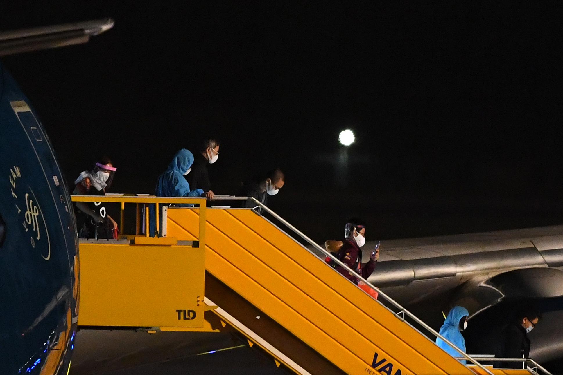 Chuyến bay thẳng Việt Nam - Hoa Kỳ đầu tiên đưa 340 công dân Việt về nước - Ảnh 9.