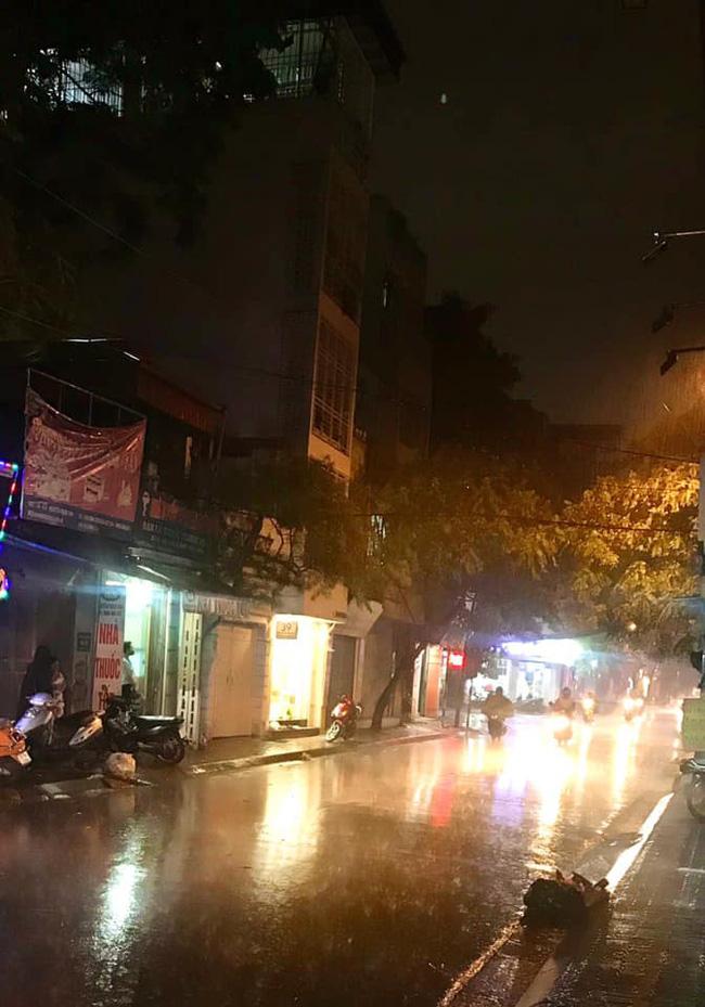 Dân mạng thích thú khoe ảnh mưa xối xả xua tan nắng nóng suốt mấy ngày ở Hà Nội - Ảnh 2.