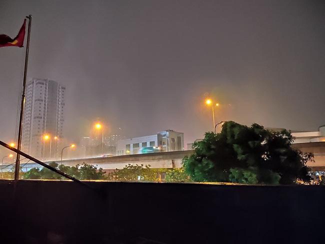 Dân mạng thích thú khoe ảnh mưa xối xả xua tan nắng nóng suốt mấy ngày ở Hà Nội - Ảnh 3.