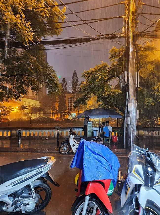 Dân mạng thích thú khoe ảnh mưa xối xả xua tan nắng nóng suốt mấy ngày ở Hà Nội - Ảnh 4.