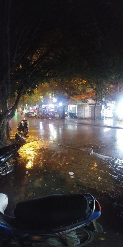 Dân mạng thích thú khoe ảnh mưa xối xả xua tan nắng nóng suốt mấy ngày ở Hà Nội - Ảnh 5.