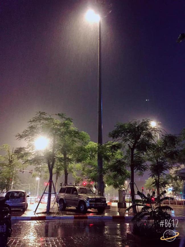 Dân mạng thích thú khoe ảnh mưa xối xả xua tan nắng nóng suốt mấy ngày ở Hà Nội - Ảnh 7.