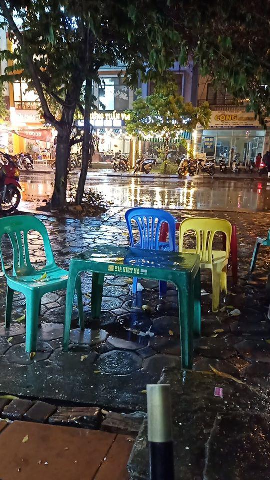 Dân mạng thích thú khoe ảnh mưa xối xả xua tan nắng nóng suốt mấy ngày ở Hà Nội - Ảnh 8.