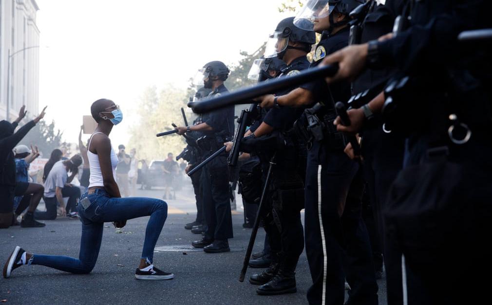 24h qua ảnh: Người biểu tình quỳ trước cảnh sát chống bạo động ở Mỹ