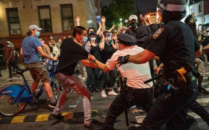 Biểu tình, bạo động tăng nhiệt; nước Mỹ chìm trong hỗn loạn: Nga ngồi không cũng ''dính đạn''