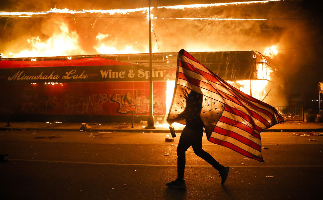 ''Tổng thống Trump, đừng trốn'': TQ liên tục nhắc tới Hồng Kông để ''đá xoáy'' biểu tình ở Mỹ
